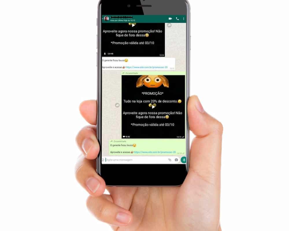 Pessoa mostrando o celular com o WhatsApp